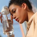 Taza de agua de plástico con pajita de gran capacidad para deportes al aire libre que acompaña a la taza con tapa de rebote con pestillo graduado